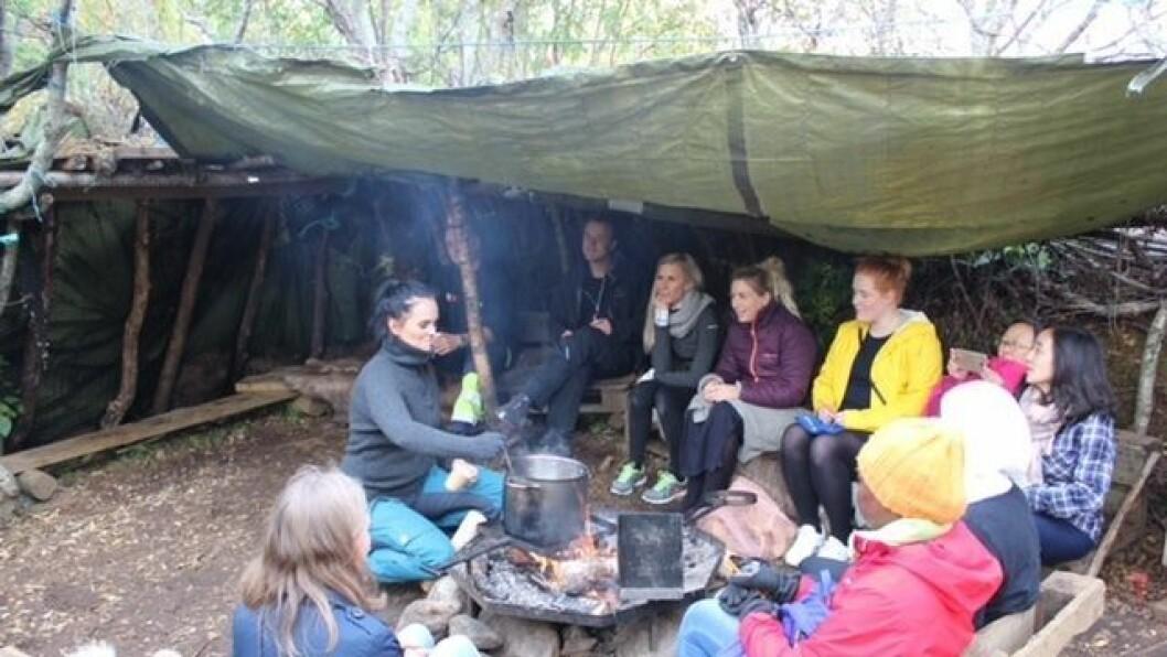 Friluftspedagogen Linn lager cider til foreldrene i Solskogen.