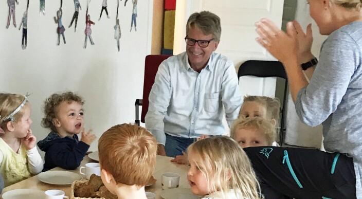 Pensjonistlivet ble for rolig: Nå jobber ingeniør Stein-Arve Karstad (70) i barnehagen