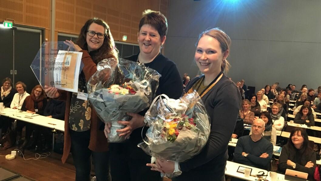Årets glade vinnere: Styrer Trine Danielsen Selfors (midten) fra Kirketunet barnehage, tok i mot prisen sammen med to pedagogisk ledere: Therese Stensland (til venstre) og Christin Sandstedt Kjerrvang.