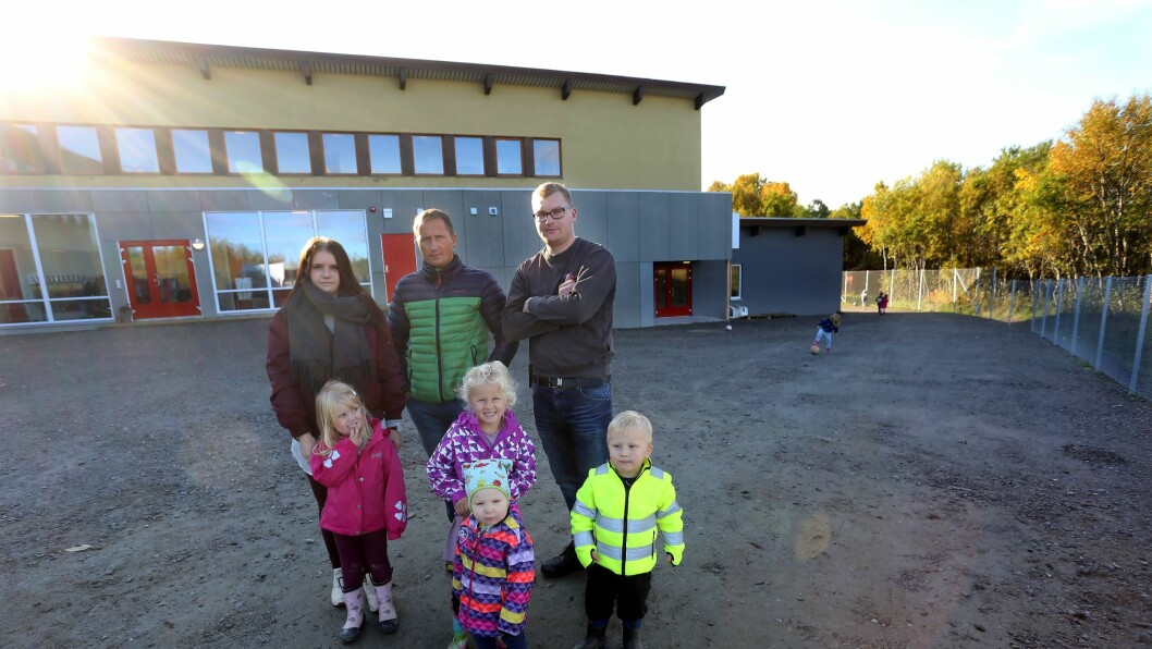 Foreldrene Marlene Johansen, Alf-Tore Kristoffersen og Krister Marin Jensen synes det er trasig at barna i Gibostad barnehage ikke har et eneste lekeapparat utendørs.