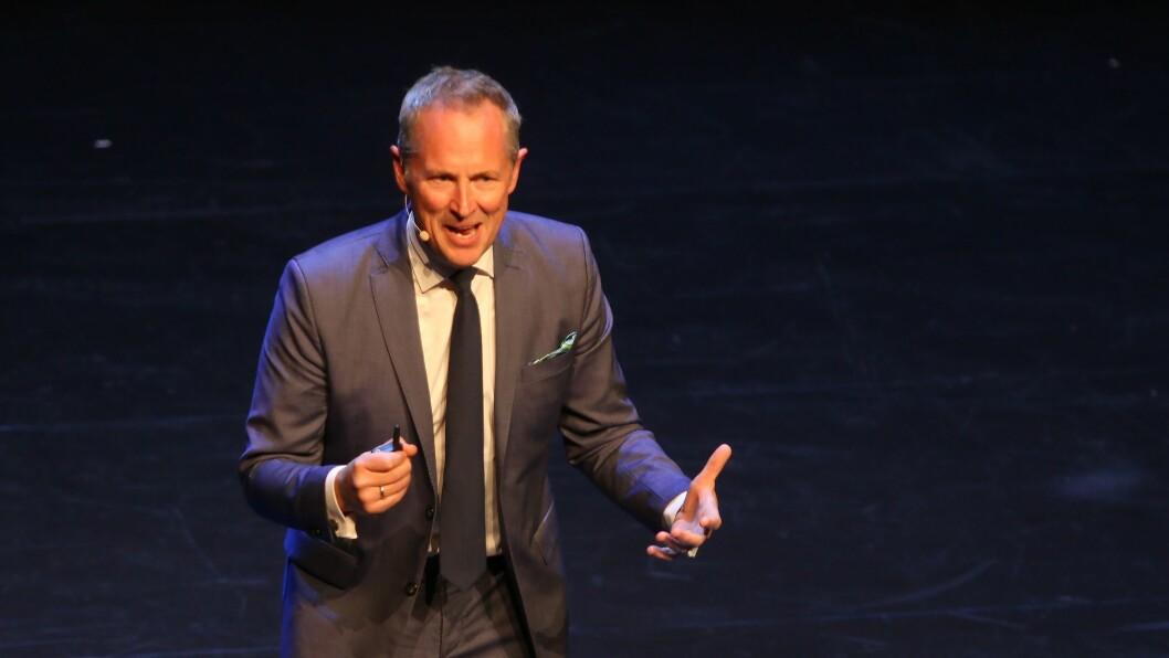 Per Henrik Stenstrøm ga publikum både mye latter og gjenkjennende nikk under sitt foredrag under PBLs lederkonferanse i Stormen konserthus i Bodø.