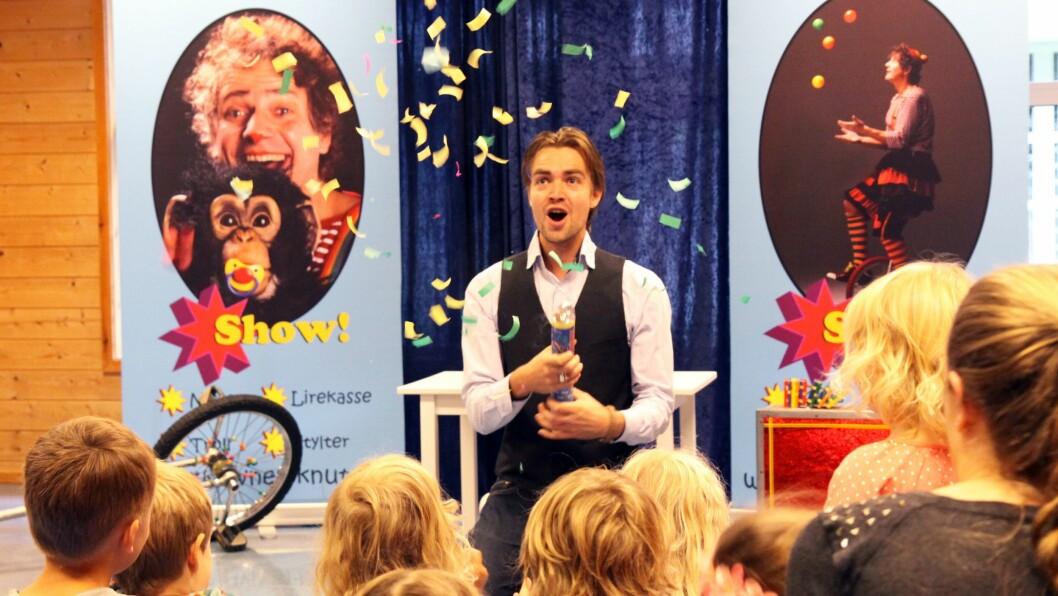 Barna og pedagogisk medarbeider Jonas Abild, fyrer av bursdagsraketter og konfetti under bursdagsfesten for Skøyen Terrasse Barnehage.