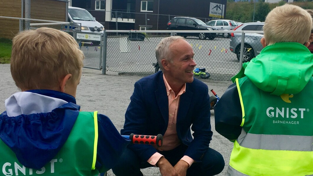Barna i Gnist Flisnes tar imot statsråd Jan Tore Sanner (H).