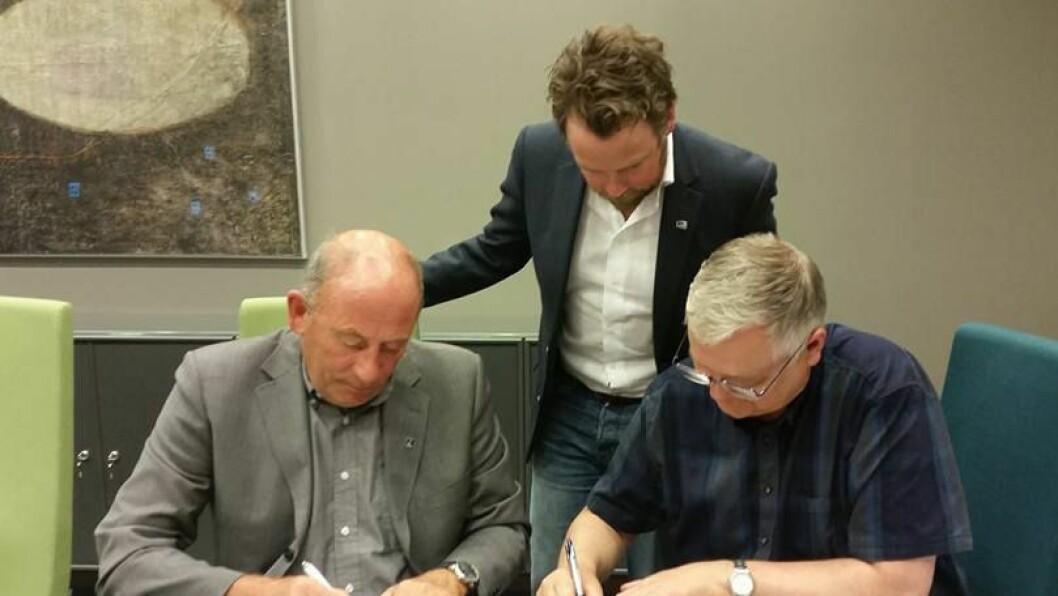 Ordfører Jarle Aarvoll (Ap) og prorektor Rasmus Stokke skrev onsdag under avtalen med kunnskapsminister Torbjørn Røe Isaksen som begeistret tilskuer.