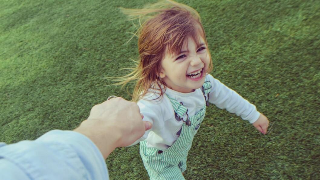 Den gode nærheten mellom barn og voksen i barnehagen.