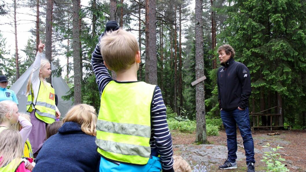 Barna i Andromeda barnehage lyttet spent mens Lars Monsen fortalte historier fra turene sine, og de hadde mange spørsmål.