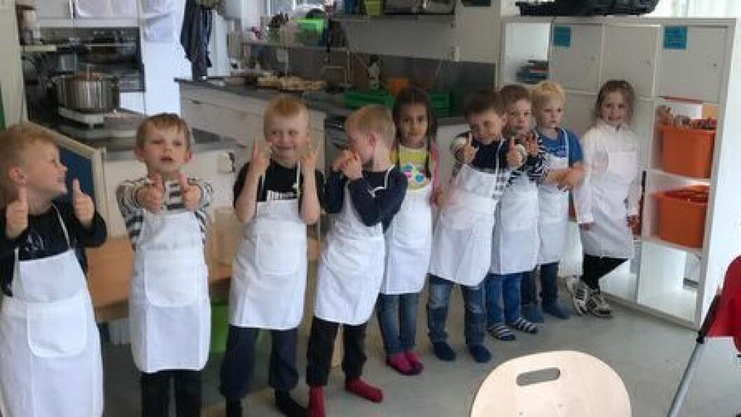 Det var ni stolte kokker og servitører som tok imot gjestenes hyllest etter at de hadde servert treretters middag til 32 gjester.