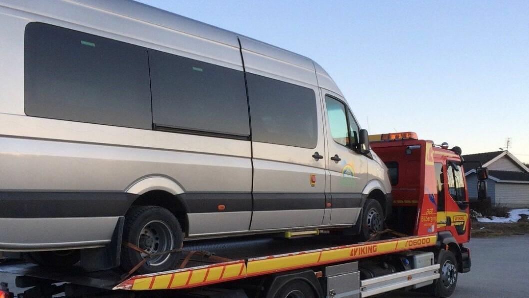 Bussen til Eventyråsen barnehage måtte hentes av en bergingsbil etter det omfattende hærverket. Foreløpig er reparasjonskostnadene anslått til minst 100.000 kroner.