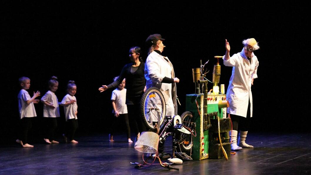 Blant installasjonene på utstillingen «Realfag i kunsten» var en «evighetsmaskin» laget av barn fra iFokusbarnehagene. Her er den i aksjon på scenen under @pi-konferansen 2017. I bakgrunnen danser barn fra iFokus Lysheim barnehage.