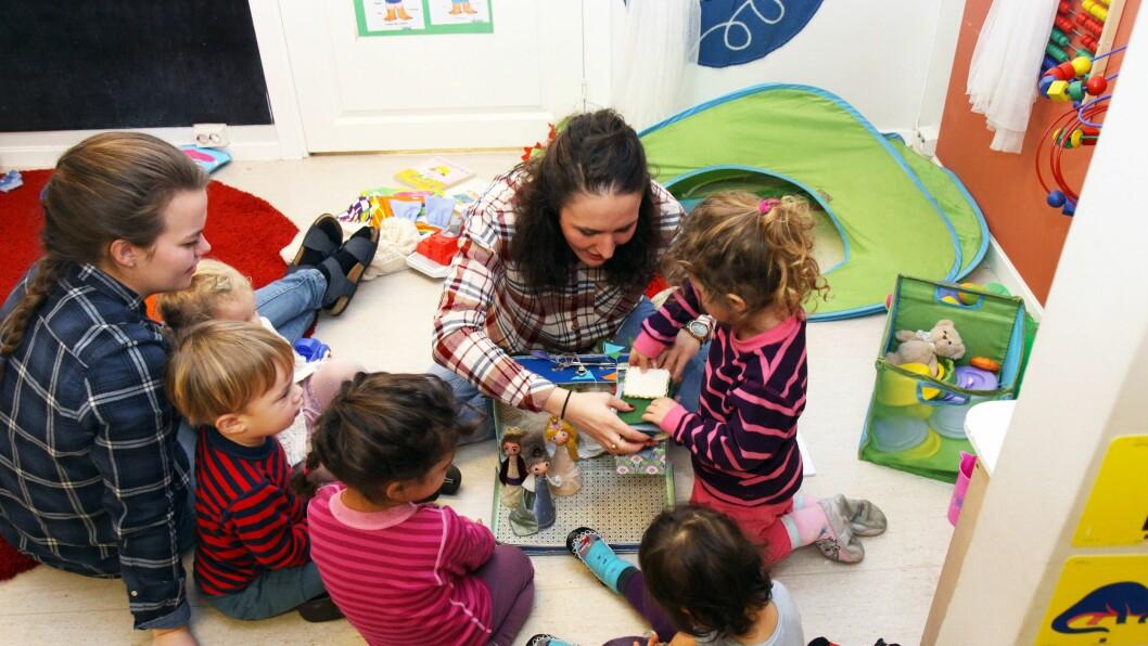 Barnehagelærer Laura Diaz del Castillo og barna på avdeling Corazón i Hola barnehage.