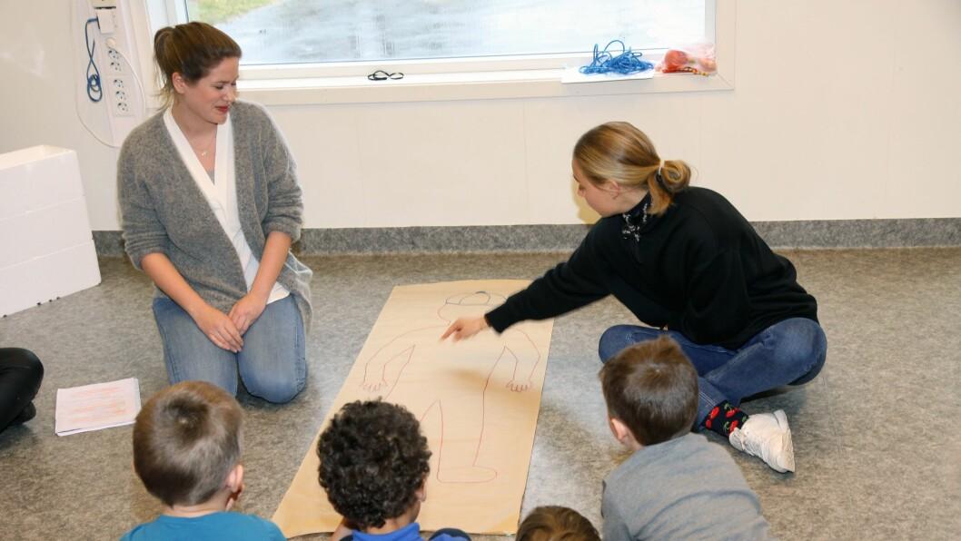 Barna i Læringverkstedet DoReMi Midtunbråtet fikk være med på en reise gjennom kroppen sammen med tannpleiestudent Julie Stai Hess, nyutdannet klinisk ernæringsfysiolog Hanna Fjeldheim Dale (til høyre) og psykologistudent Sarah Norén (til venstre).