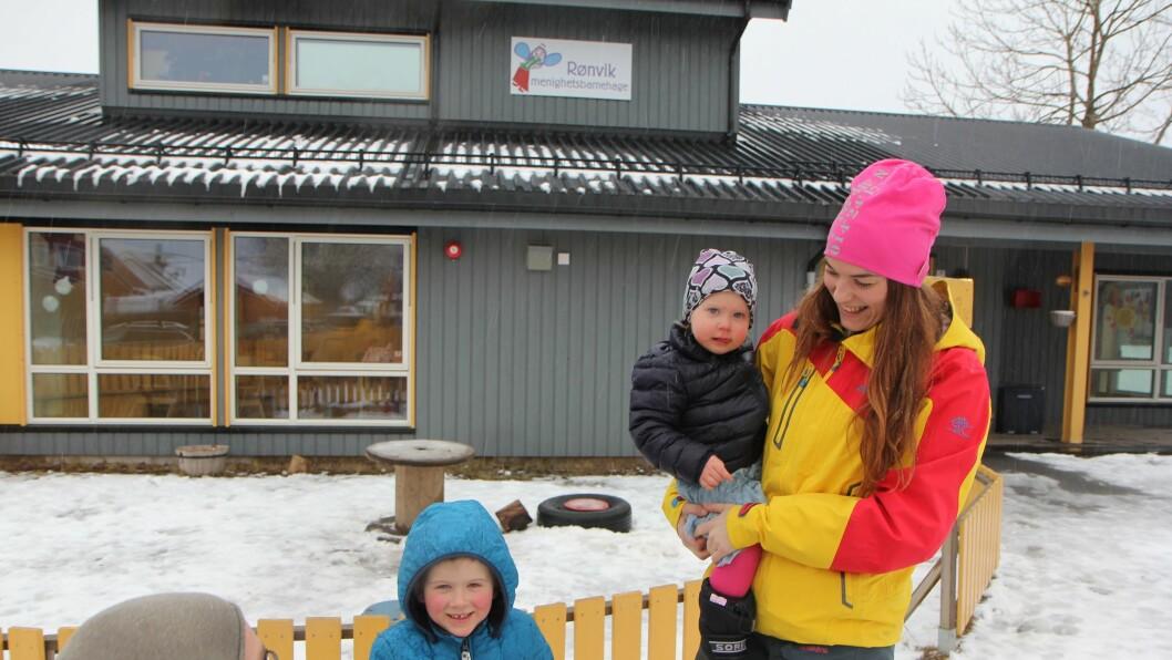 Mamma Ida Mari Løberg er en ivrig bruker av barnehagens digitale kommunikasjonplastform. Spesielt å se på ukas bilder sammen med Jakob (4) og Frida (1).