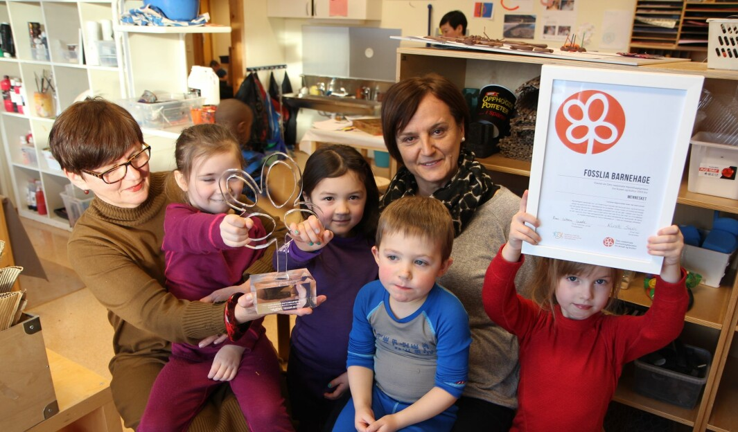 Fosslia barnehage i Stjørdal var en av tre barnehager som ble hedret med Den nasjonale barnehageprisen for kunst og kultur i 2015. Fra venstre enhetsleder Listbeth Risvoll, Ida (5), Emilie (5), barne- og ungdomsarbeider Elvira Sisic, Ola (4) og Sara (5). I år skal prisen deles ut på nytt.