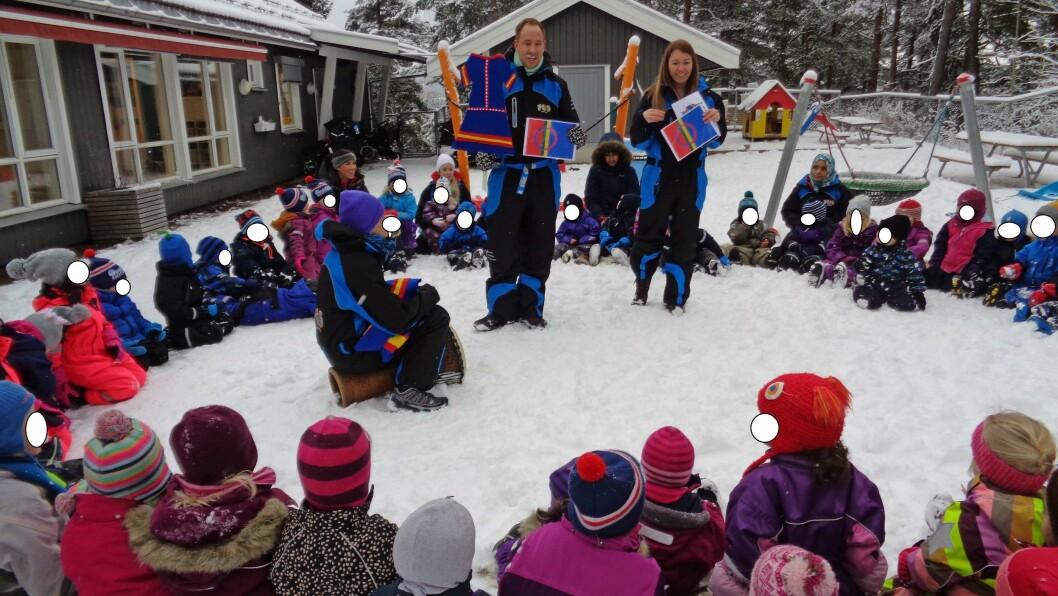 Åsheimskogen FUS barnehage i Lørenskog hadde en fin samling med hele barnehagen ute i snøen på reinsdyrskinn der de snakket om flagget og nasjonaldrakten til samene.