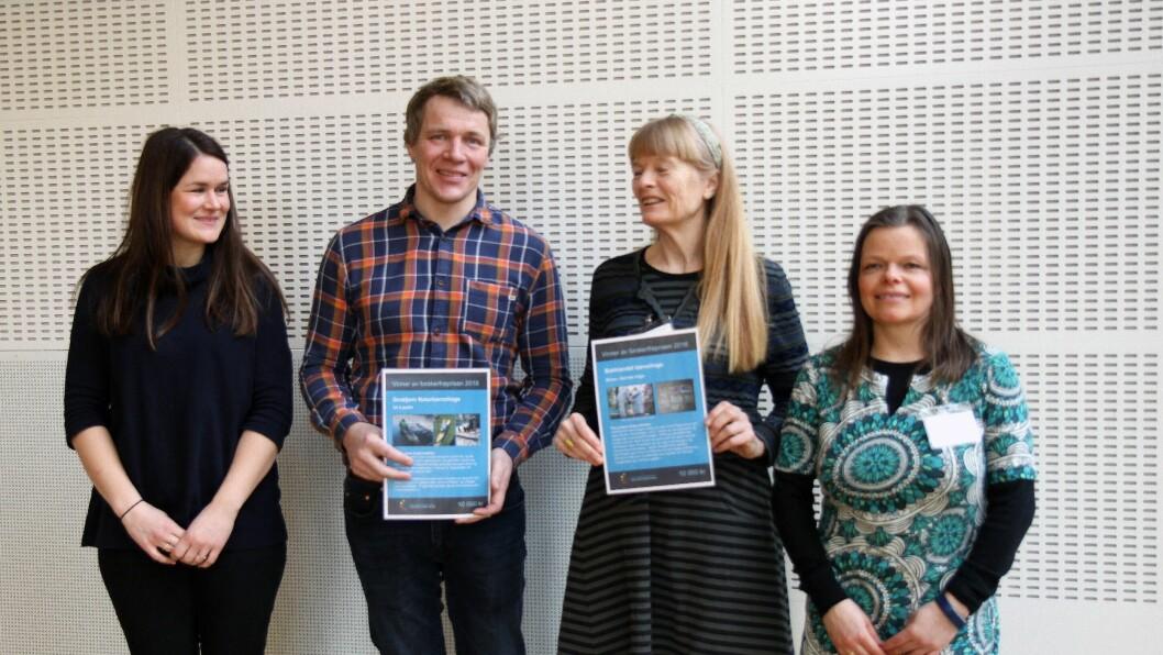 Stolte representanter fra Småtjern naturbarnehage (til venstre) og Bakklandet barnehage etter å ha mottatt Forskerfrøprisen.