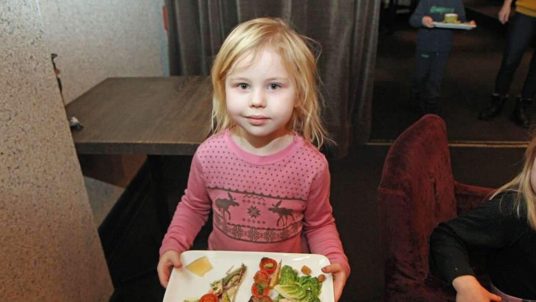 Pesto, tomat og salat hører selvsagt med når Trålveien Læringsverkstedet spiser grønn lunsj på Bjørk cafe og restaurant i Bodø.