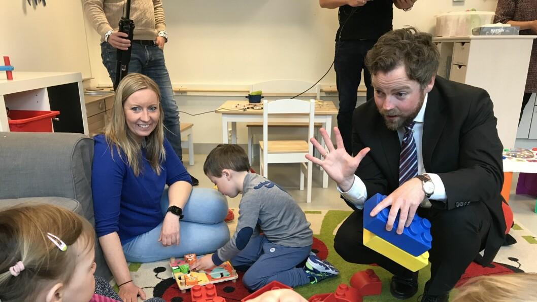 Kunnskapsminister Torbjørn Røe Isaksen i Hundsund barnehage i Bærum da den nye rammeplanen ble lansert. I dag ble det klart at pedagognormen er vedtatt.