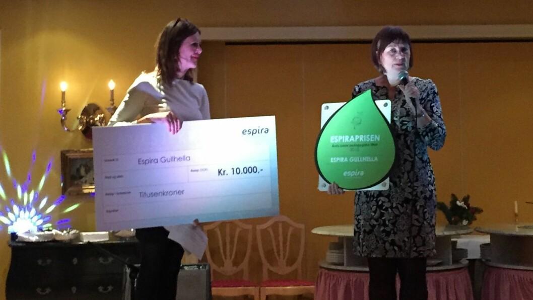 F. v.: Professor Margaret Sandvik deler ut prisen til styrer ved Espira Gullhella, Ann Hege Warnes.