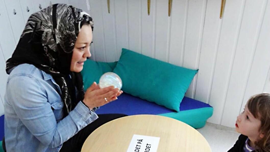 Marit Korperud-Stokvold jobber som pedagogisk leder i Gudevold barnehage og presiserer hvor viktig den lekende voksne er for barns utvikling.