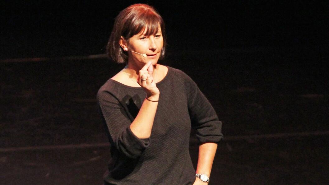 Line Melvold i Styd kommunikasjon på scenen i Stormen konserthus i Bodø i forbindelse med PBLs lederkonferanse.