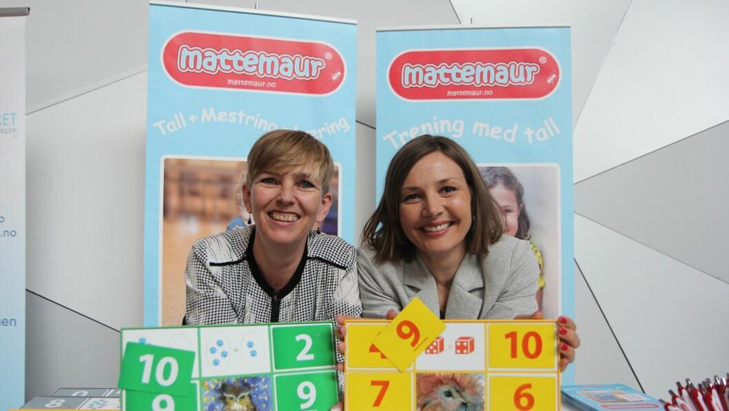 Gründerne bak Mattemaur Toril Strømmen (t.v) og Rita Aarø viser fra det pedagogiske mattespillet Mattemaur. Bak de magnetiske brikkene, er mengder som barna skal telle og så velge hvilket tall som hører hjemme der.