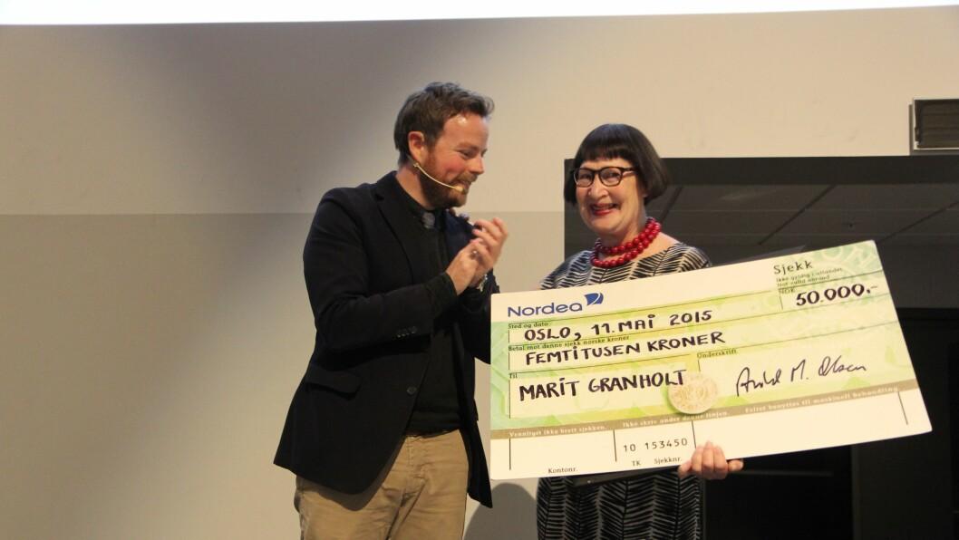 Marit Granholt mottar prisen Årets Barnehageinspirator av kunnskapsminister Torbjørn Røe Isaksen på PBLs landsmøte på Gardermoen.