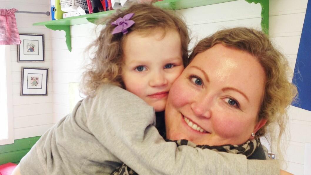 Fireåringen Elida og mamma Elisabeth Vågønes er glade for at Bø Barnehage har satset så tungt på tegnspråk. - Jeg har jo vært bekymret for at hun skal bli utenfor, men med dette prosjektet, stiller alle barna likt siden alle lærer det samme samtidig. Det merker vi på Elida, sier en lettet mamma.