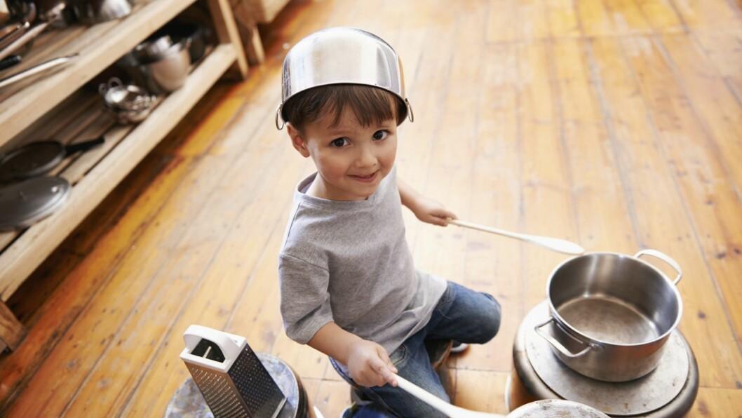 Pass på at barnet er opptatt med noe når dere trener på å være alene hjemme.
