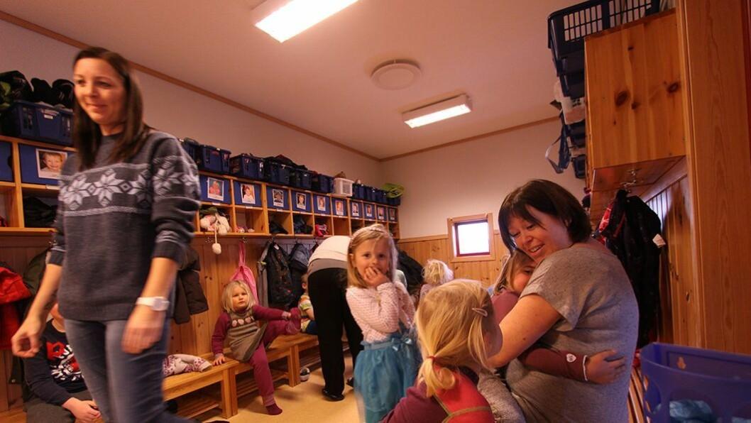 Flere voksne: – Det er en hard jobb. Man skal være på absolutt hele tiden og det er mange som skal ses og høres, sier pedagogisk leder Kjersti Leira i Bergheim barnehage om det å være barnehagelærer.