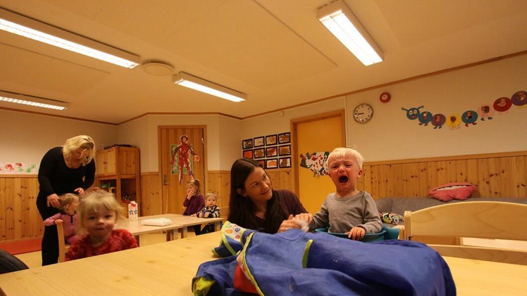 Disputt om renslighet: Aleksander er ikke enig med pedagogisk leder Inga Selnes om at renhold etter mat er viktig — og viser sin uenighet på små barns vis.