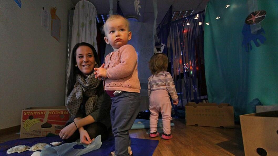 Får ekstra voksentid: Småbarnspedagog Linda Sommervold jobber med de yngste barna i små grupper fire dager i uken. Det gir bedre kvalitet på tilbudet til toddlerne. Her er hun sammen med ettåringene Olise og Linde.
