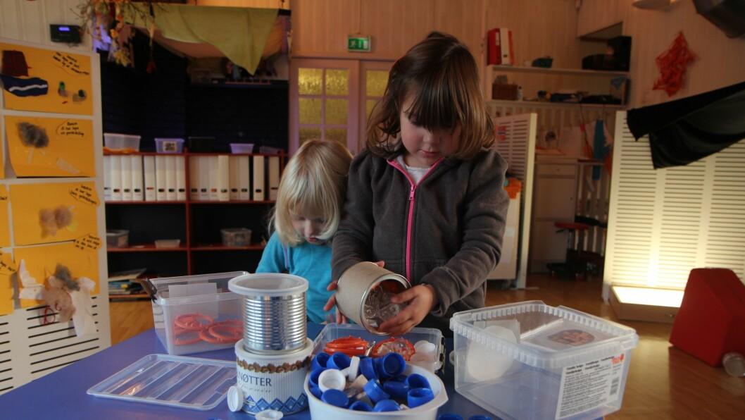Artig med rør og korker: Et barns søppel er et annet barns skatt. Og i Jensvoll barnehage i Bodø er det skatter i hver boks. – Kreativiteten har blomstret for både liten og stor etter at vi fjernet lekene, sier avdelingsleder Ellen Johansen.
