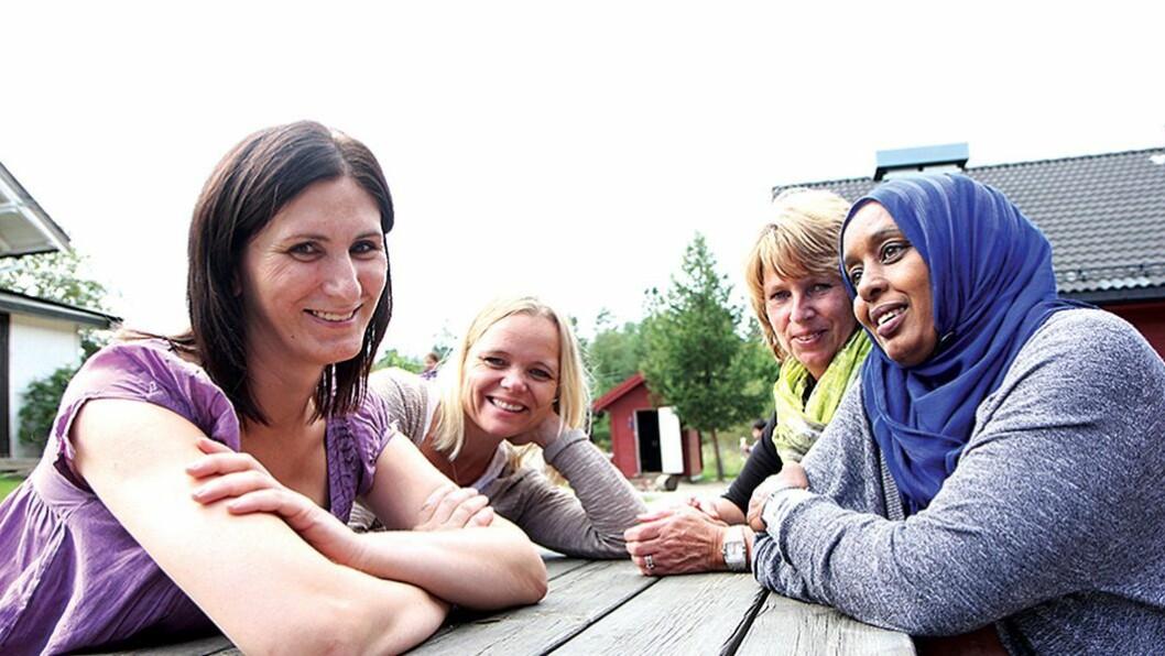 Flerspråklige ressurser: – For meg har kurset betydd at jeg vil søke meg inn på barnehagelærerutdanningen etter hvert, sier Slavica Ilic (t.v. foran). – Kurset har vært en ressurs for oss alle og har gitt oss en ny bevissthet rundt språk, sier styrer i Slime Gård barnehage, Kristin Vengel Kaagaard (t.h). Spesialkonsulent for bydel Søndre Nordstrand i Oslo, Anette Askeland til venstre og assistent Amina Mohammed nummer to fra høyre.