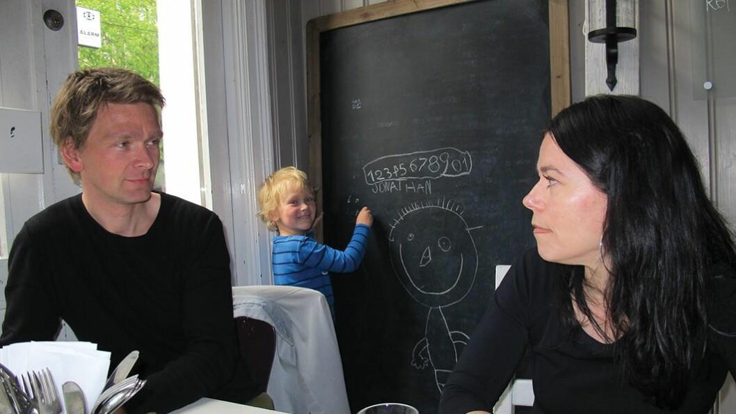 Jonathan (6) kunne både store og små bokstaver før han var to år gammel — men inkluderer også en tegning av Albert Åberg når han får boltre seg med kritt på tavlen. – Se så små bein han har —og så stort hode, ler han. Her sammen med pappa Christian Jaksjø og mamma Kjersti Tokstad.