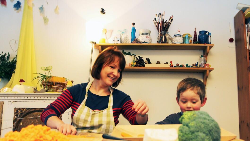 Assistent Jolanta Csmielewski lager pizza til lunsj og får god hjelp fra kyndige barnehender. Maten steinerbarnehagen bruker, er økologisk.