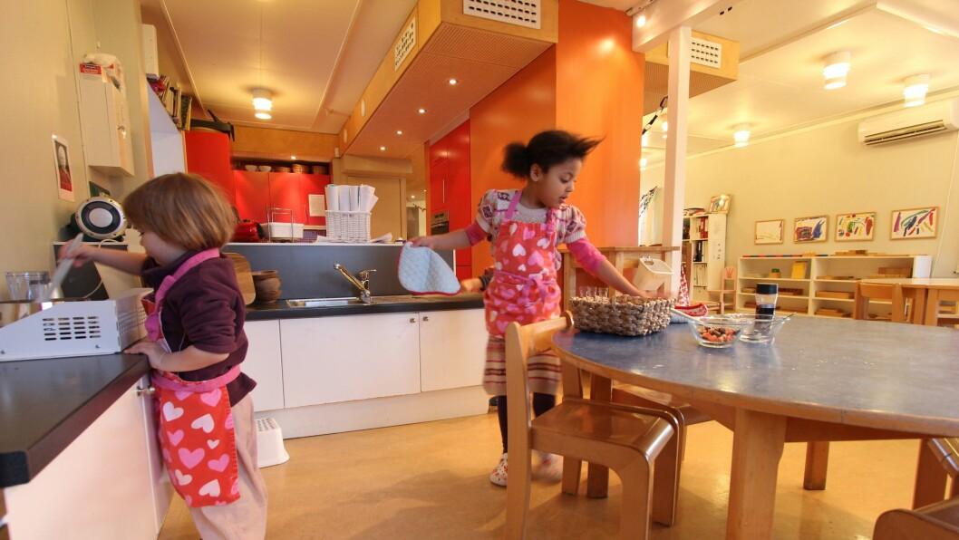 Fem år gamle Dafina har tatt med seg Frøya på tre år på kjøkkenet for å lage havregrøt. Det gjør de helt uten hjelp fra de voksne som bare følger prosessen i bakgrunnen.