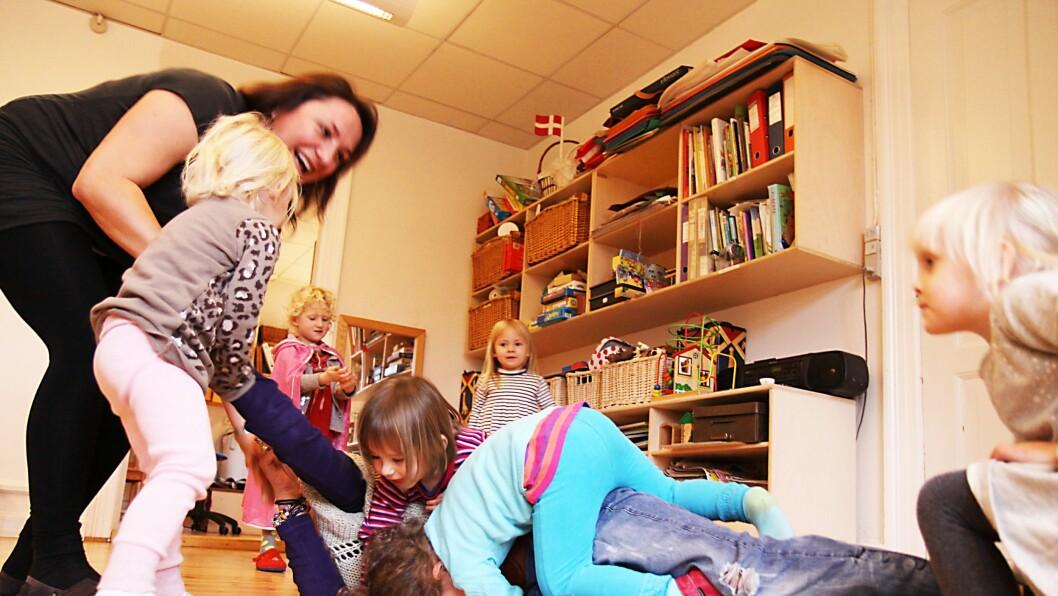 Lek inne: Pedagogmedhjelperne Henriette Fredriksen (underst) og Anna Lønne hjelper ungene i Torup barnehage å sysselsette seg selv på en regntung formiddag.