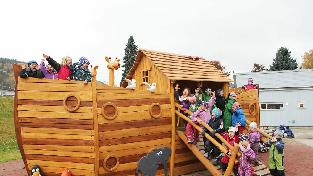 Ett år, en halv million kroner og et imponerende antall dugnadstimer har resultert i en vaskeekte ark utenfor Noahs Ark Miljøbarnehage i Lier.