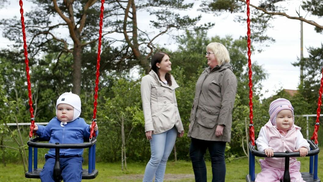 En god start: Tvillingene Karen og Erling Holmen benytter seg gjerne av muligheten for å besøke Amanda barnehage i Haugesund sammen med mamma Live Folkedal (til venstre). – Dette opplegget har vi hatt i mange år og tilbakemeldingene fra foreldrene er utelukkende gode, sier styrer Elin Bauge-Dybdahl (til høyre).