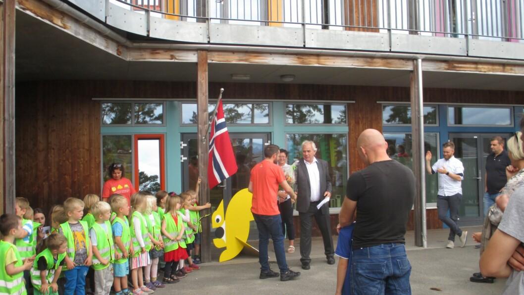Ordføreren sørget for blomster og en høytidelig tale for de små og store ved åpningen av førskoleavdelingen hos Gnist Skogtunet.