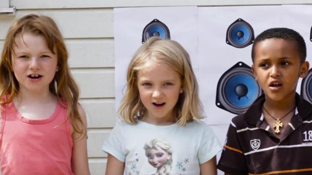 """Skjermdump fra musikkvideoen til Solstrand barnehage, """"Vi e gjengen fra Solstrand"""". Lenke til videoen finner du i artikkelen."""