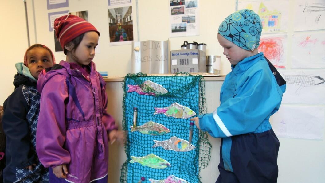 Barna i Læringsverkstedet Trålveien har lært mye om Bodøs historie de siste ukene, og har blant annet besøkt Bodø Sildeoljefabrikk (på bildet).