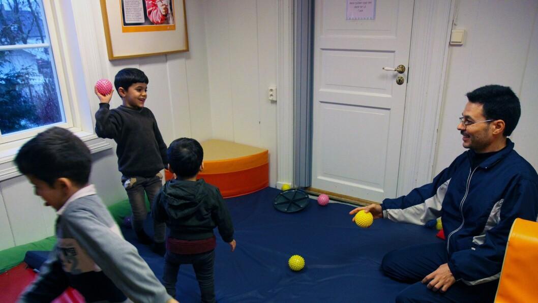 Syriske Yaser Ali og sønnene på tre, syv og åtte år trives i Disen Gård Kanvas-barnehage.