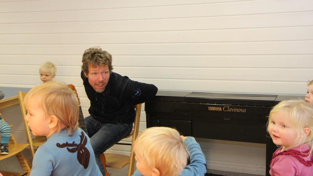 Barnehagelærer Marius Larsen har sangstund med barna i Midtstuen Kanvas-barnehage i Oslo.