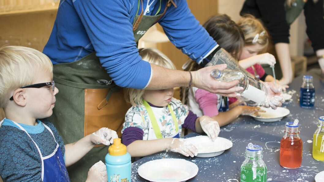 Barna eksperimenterer med maisenna og vann.