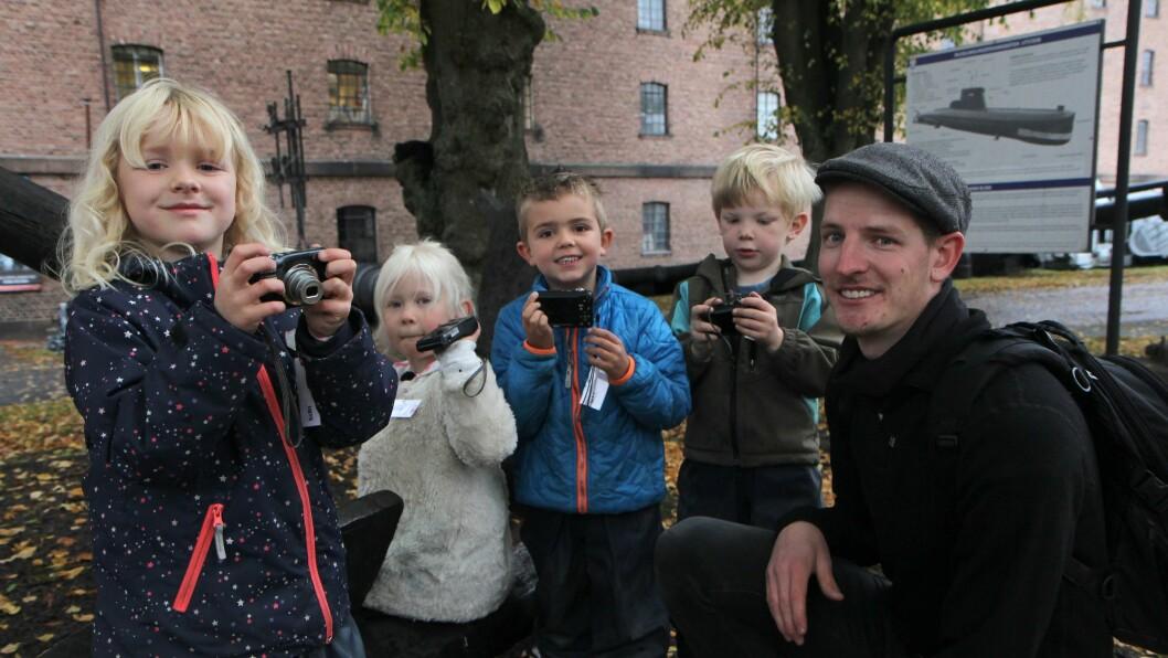 """Barne- og ungdomsarbeider Tommy Skaug er primus motor for """"Barn med kamera"""" i Karjohansvern barnehage. Denne høstdagen var han ute sammen med Siri Løkkebø Kaardahl, Pernille Albertsen, Max Korterød McFarlane og Ola Kivijervi Meringdal."""