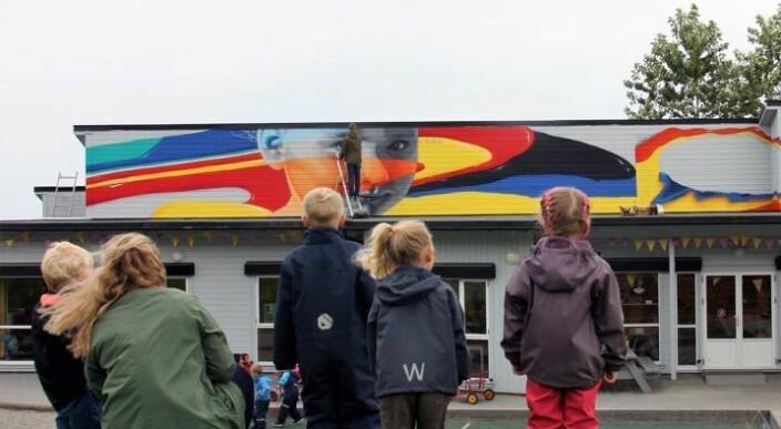 Lot kunstnere boltre seg: – Vi vil at den gode energien i barnehagen skal gjenspeiles på utsiden