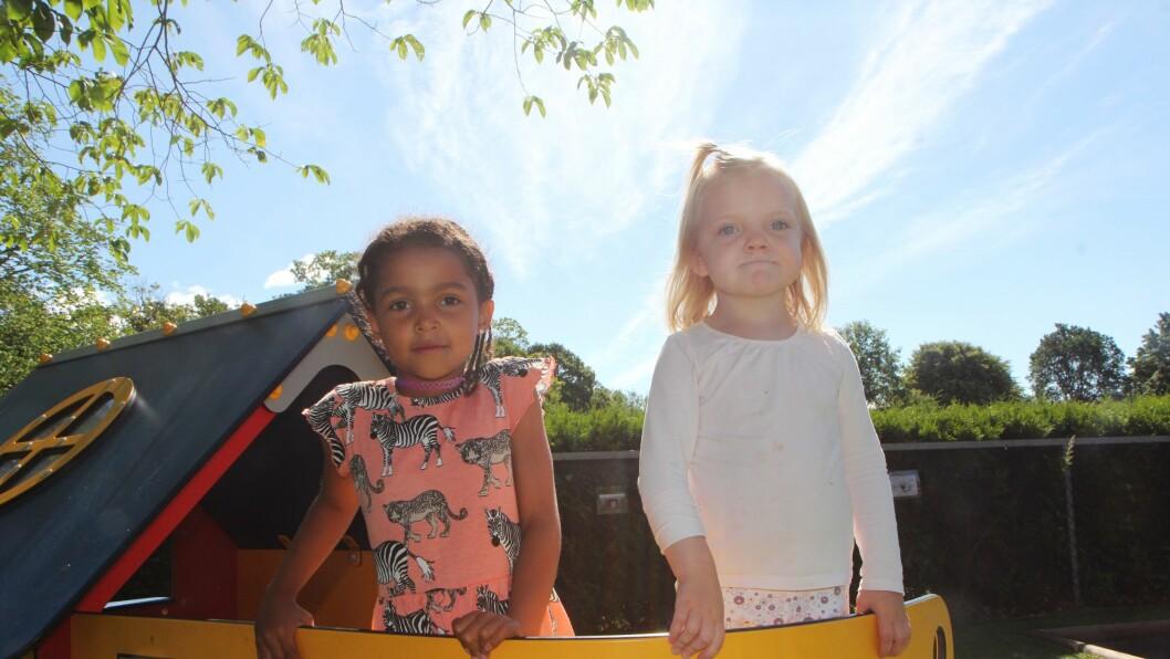 Den gode overgangen: Anna Rose Bratheim (6) t.v. og Milla Elvira Fiuren-Larsen (3) står begge foran en ny hverdag i august. Anna er ferdig i barnehagen og skal begynne i 1. klasse, mens Milla skal overta hennes plass på storbarnsavdelingen i Melløsparken barnehage SA i Moss.
