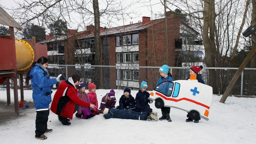 Barna får instruksjoner før neste scene skal spilles inn: «Karsten» har slått hodet sitt i barnehagen og ambulansen skal komme og ta ham med til sykehuset.