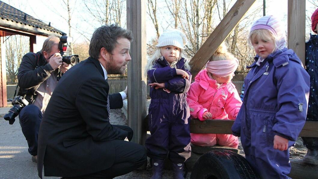 Kunnskapsminister Torbjørn Røe Isaksen melder om utsettelse av ny barnehagelov.